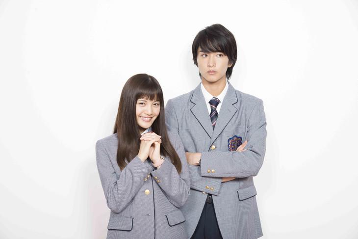 左から、相原琴子役の美沙玲奈、入江直樹役の佐藤寛太(劇団EXILE)。