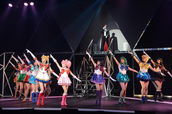 「ミュージカル『美少女戦士セーラームーン』-Un Nouveau Voyage-」ゲネプロの様子。10戦士とタキシード仮面が並んだ様は壮観だ。