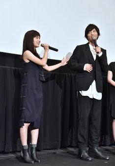 3、40個のカイロを志尊の背中に貼ったことを説明する芳根京子。