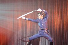 彩風咲奈演じる斎藤一。おなじみ牙突のポーズも。