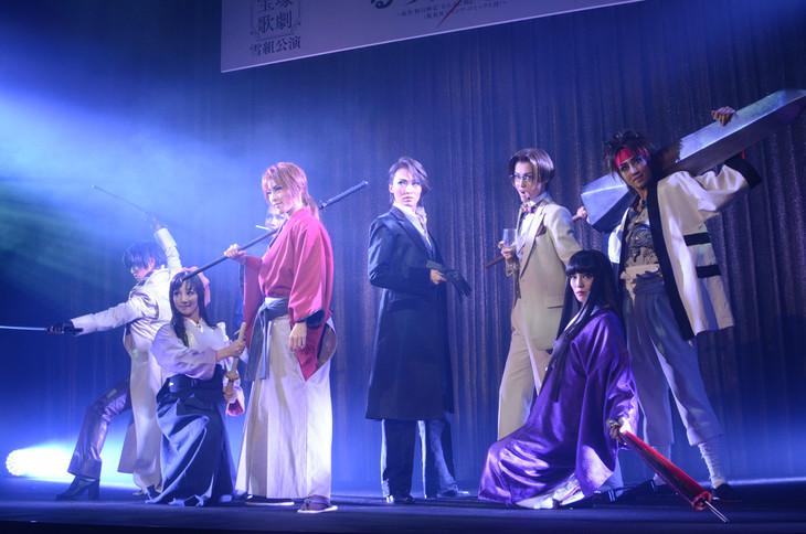 「浪漫活劇 るろうに剣心」制作発表会にてパフォーマンスを見せたキャスト陣。