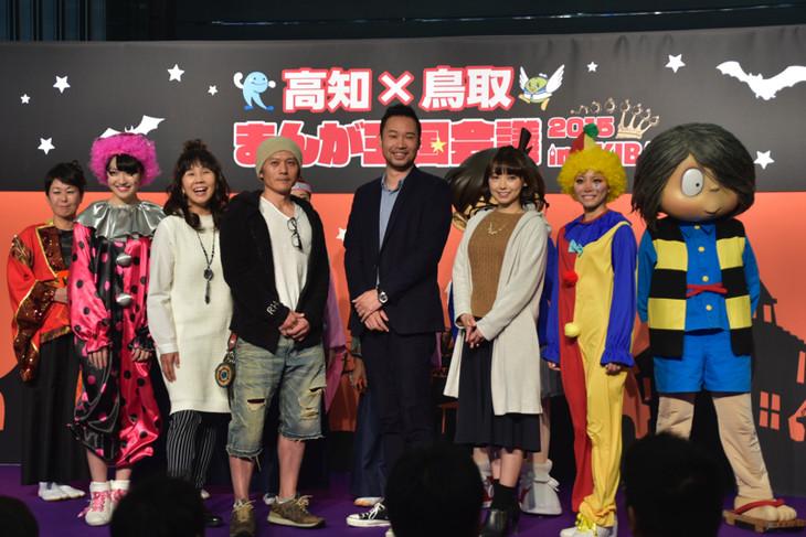 (前列左から)前島亜美、島本須美、窪之内英策、アダチケイジ、下田麻美、宮崎理奈。