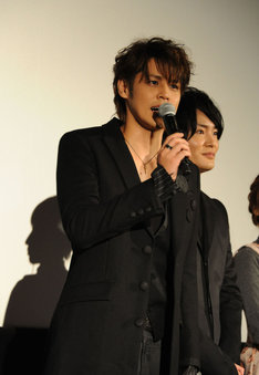 (左から)永井圭役の宮野真守、海斗役の細谷佳正。
