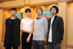 囲み取材の様子。左から音楽監督の蔡忠浩(bonobos)、初音映莉子、森山未來、構成・演出・振付を担当した長谷川寧。