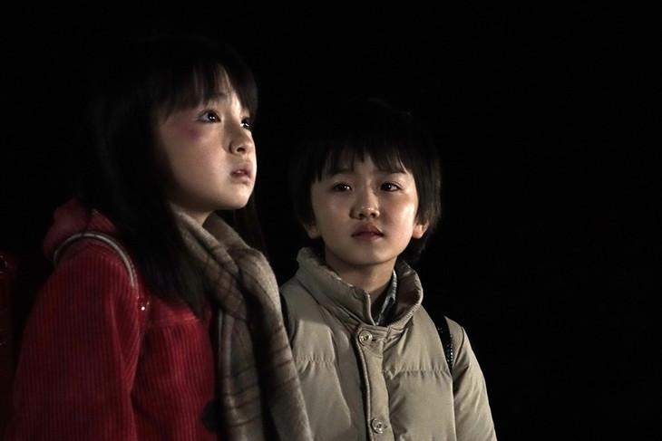 (左から)鈴木梨央扮する雛月加代と中川翼扮する藤沼悟。(c)2016 映画「僕だけがいない街」製作委員会