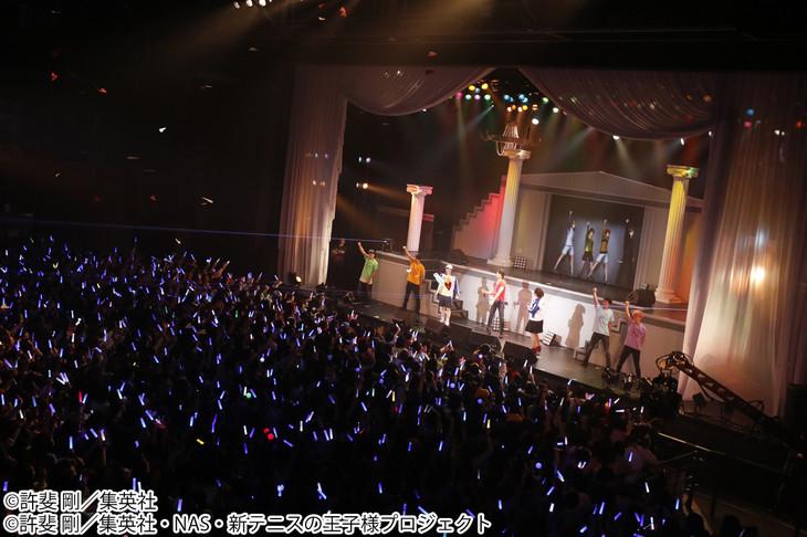 「許斐 剛☆サプライズ LIVE ~一人テニプリフェスタ~」の様子。許斐剛、皆川純子、小越勇輝のほか、手塚や跡部らキャラクターも登場した。