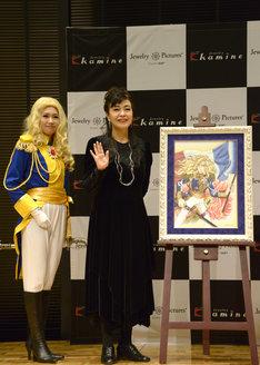 オスカルの衣装を着用したモデル(左)と池田理代子。