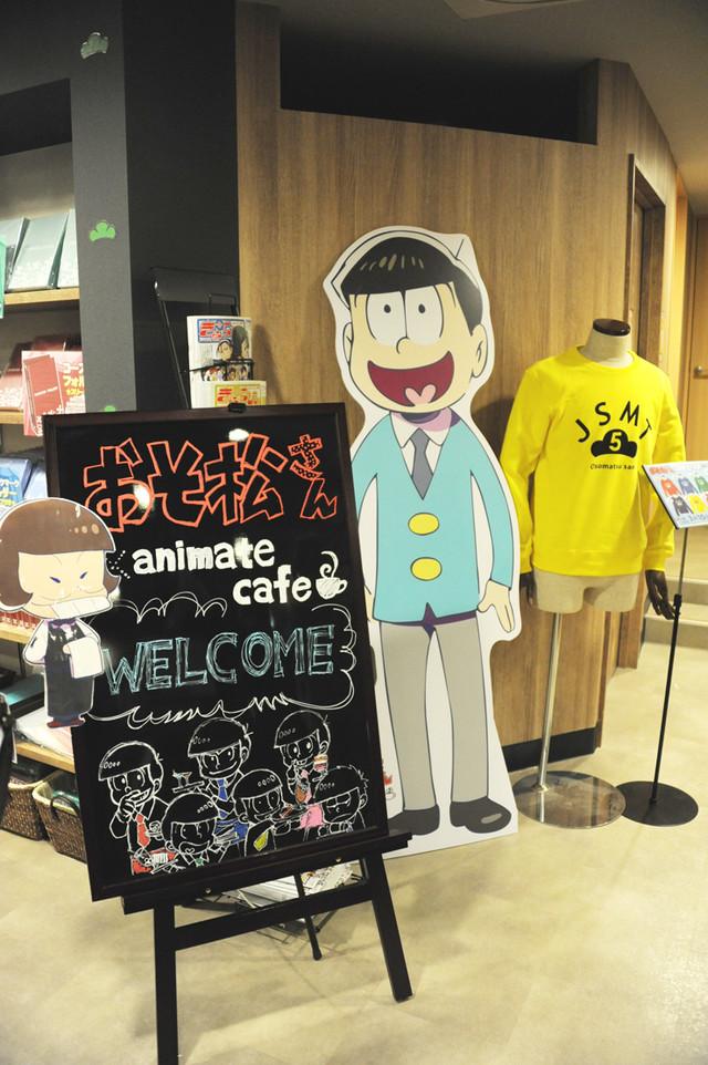 「おそ松さん」コラボカフェの店内の様子。