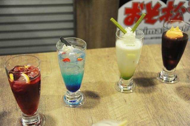 「おそ松さん」コラボカフェにて提供されるドリンクの一部。