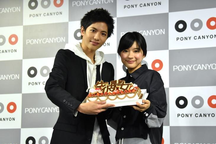 南波あつこから贈られたケーキを手にする、志尊淳と芳根京子。
