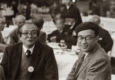 左から加藤謙一氏、手塚治虫。(c)手塚プロダクション