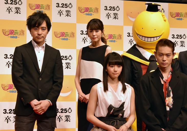 下段左から山本舞香、菅田将暉。上段左から松井優征、桐谷美玲、殺せんせーの着ぐるみ。