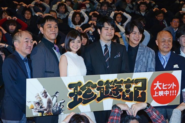 (左から)温水洋一、ピエール瀧、倉科カナ、松山ケンイチ、溝端淳平、田山涼成。