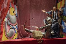 映画「少女椿」より。(左から)佐伯大地演じる鞭棄、中谷彰宏演じる嵐鯉治郎。