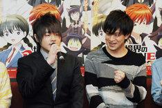 コメントする松岡禎丞(左)を応援する石川界人(右)。