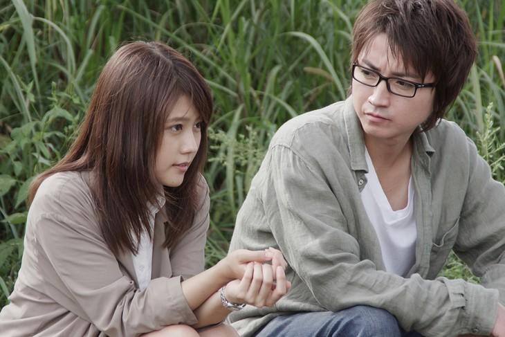 映画「僕だけがいない街」より、愛梨(有村架純)と悟(藤原竜也)の登場シーン。