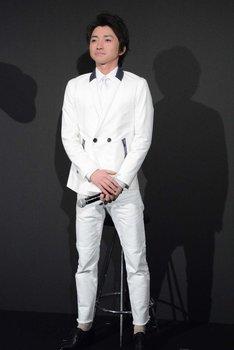 真っ白のスーツを着て登場した藤原竜也。