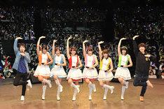 「おそ松さん シェーWAVE おそ松ステーション ファン感謝イベント チミ達と一緒にシェーザンス!」昼の部の様子。(左から)鈴村健一、A応Pの6人、福山潤。