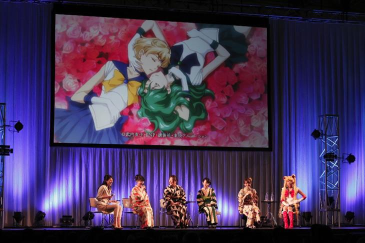(左から)司会、三石琴乃、皆川純子、大原さやか、藤井ゆきよ、今千秋監督。