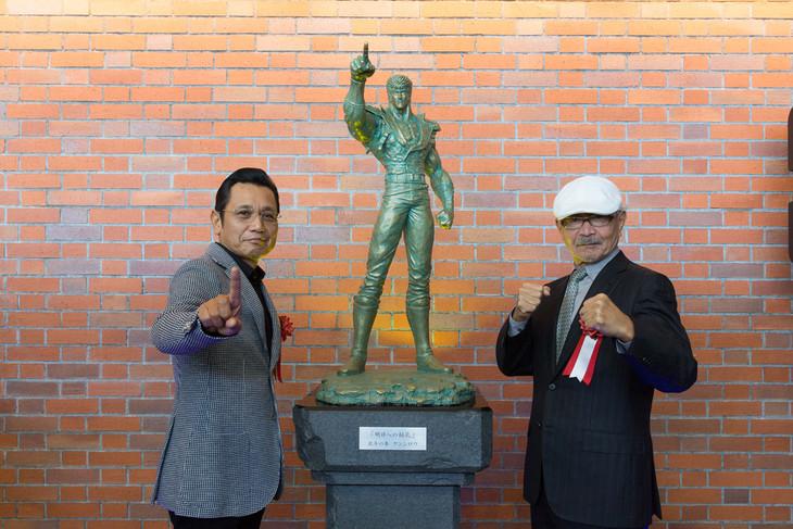 銅像「明日への秘孔」除幕式の様子(左が原哲夫、右が武論尊)。