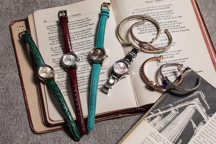 「七つの大罪」をモチーフにした腕時計とバングル。