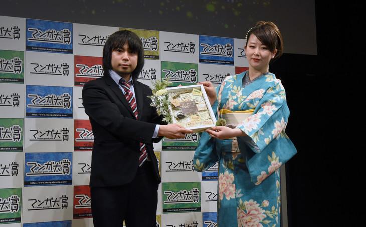 (左から)「ゴールデンカムイ」担当編集者の大熊八甲氏、東村アキコ。