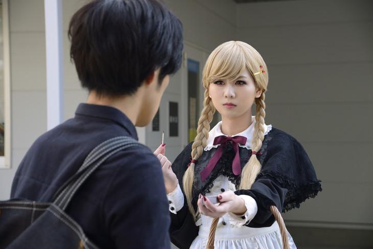 佐藤すみれ演じる謎の少女・リンがマッチを売るシーン。
