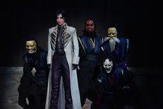月城かなと演じる四乃森蒼紫(左から2人目)。