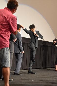 フラミンゴの動きを取り入れたアクションを見せる鈴木亮平。
