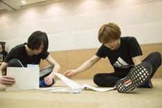 台本を見ながらディスカッションする北村諒と宮崎秋人。