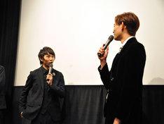 竜星涼(右)に食事の約束を迫られる須賀健太(左)。
