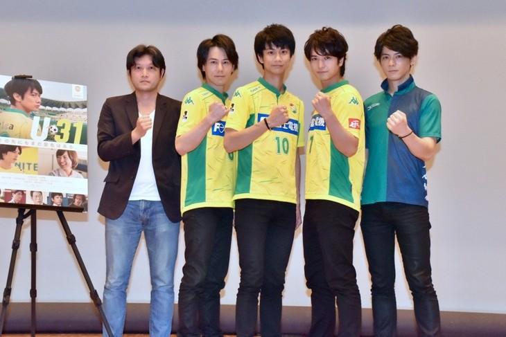(左から)谷健二監督、根本正勝、馬場良馬、中村優一、中村誠治郎。