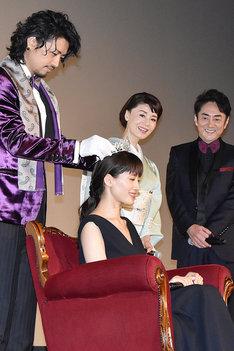 舞台挨拶の様子。3億円相当のティアラを斎藤工(左端)が綾瀬はるか(中央下)にセットする。