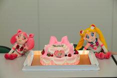 うさぎとちびうさの誕生日を祝うケーキ。ぬいぐるみとともに。