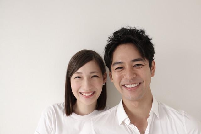 左からマイコ、妻夫木聡。