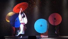 傘を使ったダンスパフォーマンスをする、櫻井圭登演じる吉原詩郎。