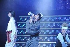 末原拓馬演じる山田光路郎が、メガホン片手に歌う様子。