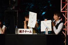 「京都のお土産と言えば?」というお題に対し、なぜか独特なタッチでせんとくんを描いた芹澤優(左)。