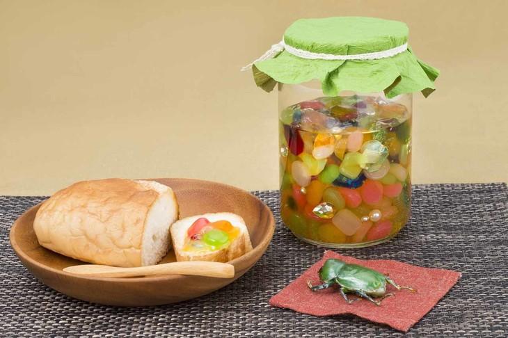 「天然▼おいしい宝虫のおやつ」(※▼はハートマーク)の食品サンプル。