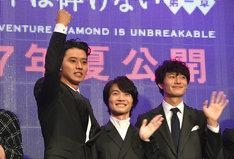 ガッツポーズを取る山崎賢人(左端)。