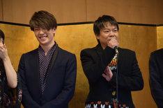 星田英利の自己紹介に笑う早乙女友貴(左)。