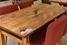 テーブルにはさまざまなシールが貼られている。