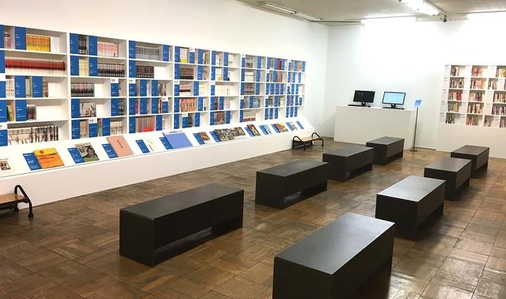 「文化庁メディア芸術祭20周年企画展―変える力」マンガライブラリーの様子。
