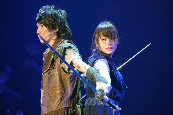 「あずみ 戦国編」ゲネプロより、左から鈴木拡樹演じるうきは、川栄李奈演じるあずみ。