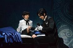 「ミュージカル『黒執事』~NOAH'S ARK CIRCUS~」ゲネプロの様子。左から内川蓮生演じるシエル・ファントムハイヴ、古川雄大演じるセバスチャン・ミカエリス。
