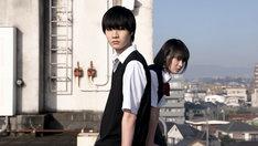 ニュース記事ランキング5位より、ドラマ「クズの本懐」より。左から桜田通演じる粟屋麦、吉本実憂演じる安楽岡花火。