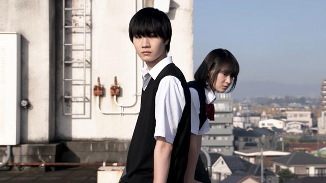 ドラマ「クズの本懐」より。左から桜田通演じる粟屋麦、吉本実憂演じる安楽岡花火。