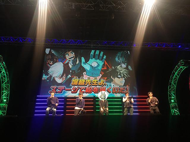 ステージの様子。左から内山昂輝、岡本信彦、堀越耕平、山下大輝、梶裕貴。