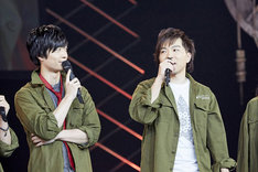 左から梅原裕一郎、村田太志。