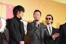 左から綾野剛、浅野忠信、金子ノブアキ。